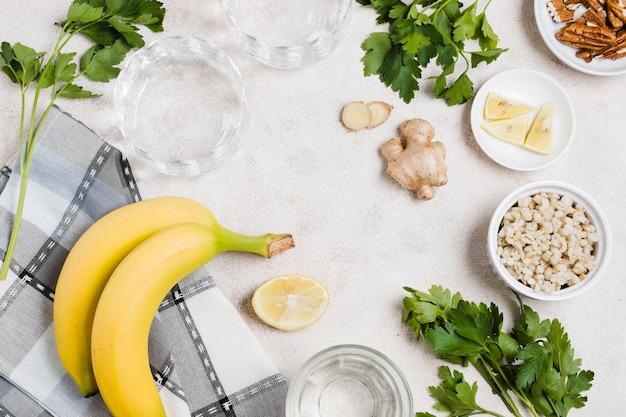Draufsicht der banane und des ingwers mit zitrone Kostenlose Fotos