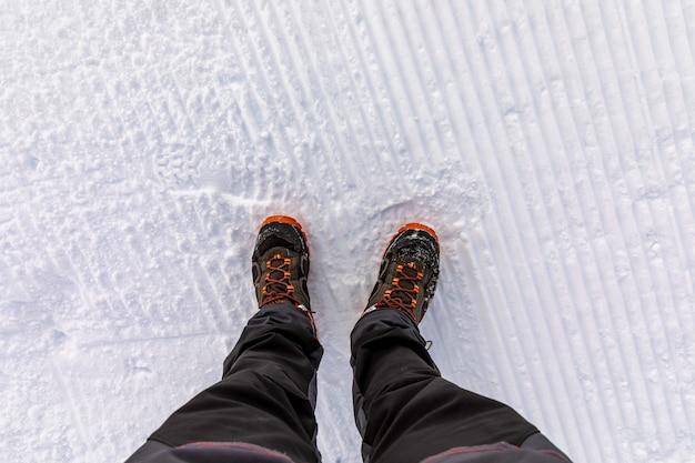 Draufsicht der beine auf schnee Premium Fotos