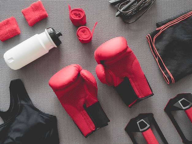Draufsicht der boxhalle mit boxhandschuh, turnhallen-ausstattung, springseil und zubehör Premium Fotos