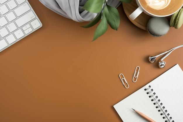 Draufsicht der braunen schreibtischtabelle mit kopienraum. flach legen. Premium Fotos