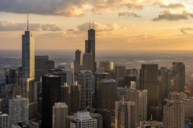 Draufsicht der chicago-stadtbild-flussseite zur sonnenuntergangzeit, im stadtzentrum gelegene skyline usa Premium Fotos
