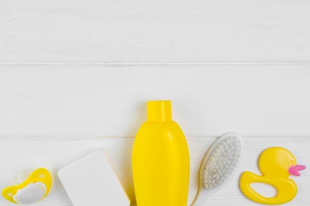 Draufsicht der flasche und bürste mit ducky für babyparty Kostenlose Fotos