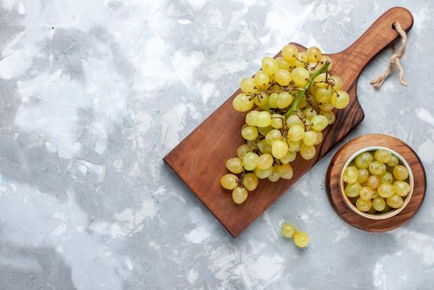 Draufsicht der frischen grünen trauben saftig weich auf leichtem backgruond frischem obsttraubenwein Kostenlose Fotos