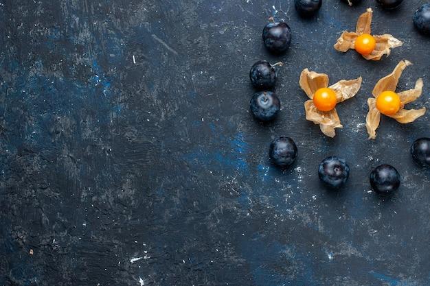 Draufsicht der frischen schwarzen dornen, die im kreis auf dunklem, frischem obstbeerennahrungsmittelvitamingesundheit gezeichnet werden Kostenlose Fotos