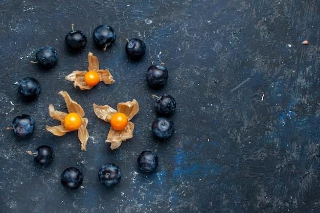Draufsicht der frischen schwarzen dornen, die im kreis auf dunklem schreibtisch ausgekleidet sind, frisches obstbeeren-nahrungsvitamin Kostenlose Fotos