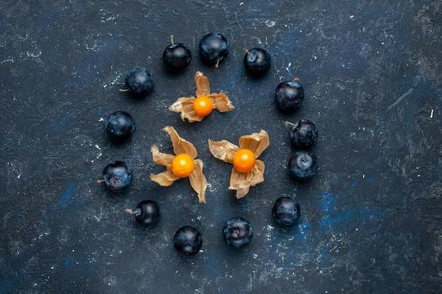 Draufsicht der frischen schwarzen dornen, die im kreis auf dunklem schreibtisch, frischem obstbeerennahrungsmittelvitamingesundheit gezeichnet werden Kostenlose Fotos