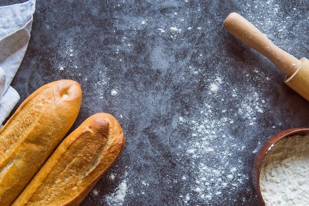 Draufsicht der gebackenen stangenbrotzusammenstellung mit kopienraum Kostenlose Fotos