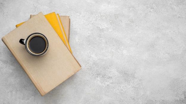 Draufsicht der gebundenen bücher auf dem tisch mit kaffee- und kopienraum Kostenlose Fotos