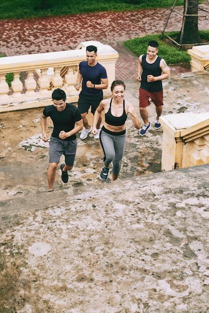Draufsicht der gruppe jugendlicher, die oben zusammen laufen ausarbeiten Kostenlose Fotos