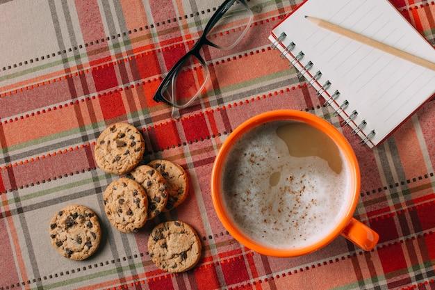 Draufsicht der heißen schokolade auf kaschmirhintergrund Kostenlose Fotos