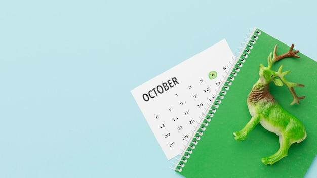 Draufsicht der hirschfigur mit kalender und notizbuch für tiertag Kostenlose Fotos
