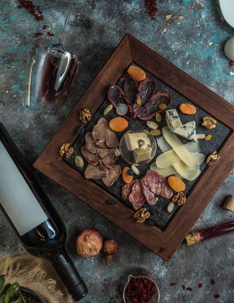 Draufsicht der käseplatte mit nüssen und trockenen früchten Kostenlose Fotos