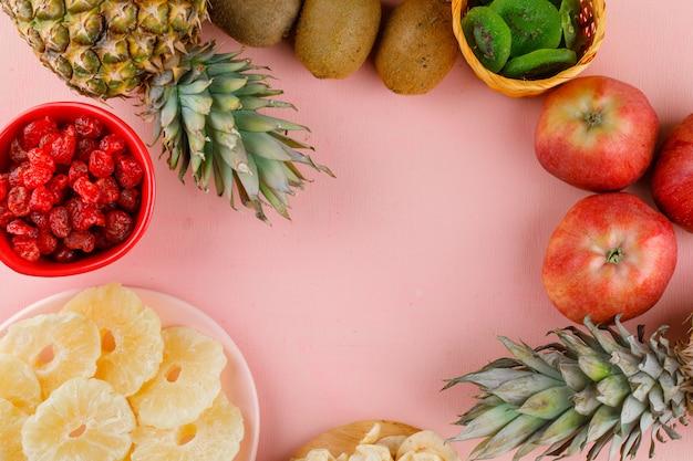 Draufsicht der köstlichen früchte auf rosa oberfläche Kostenlose Fotos