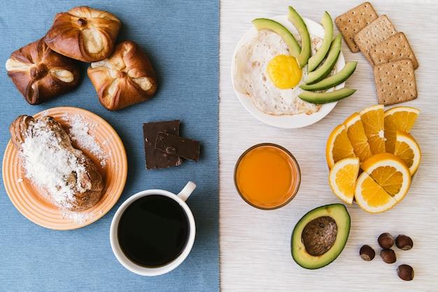 Draufsicht der köstlichen frühstückszusammenstellung Kostenlose Fotos