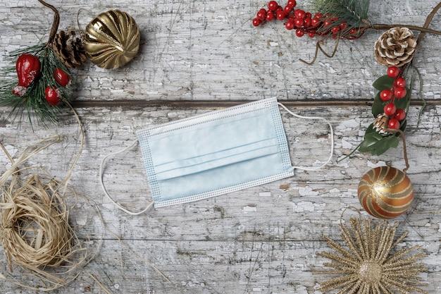 Draufsicht der maske mit weihnachtsdekoration auf strukturiertem hintergrund Kostenlose Fotos