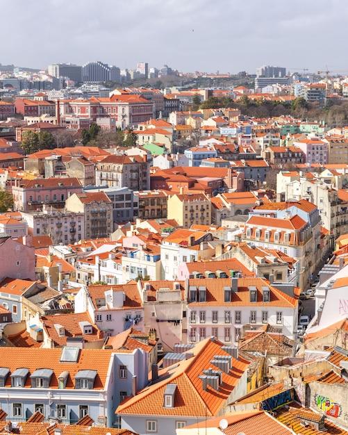 Draufsicht der mit ziegeln gedeckten roten dächer der alten stadt lissabon in portugal. Premium Fotos