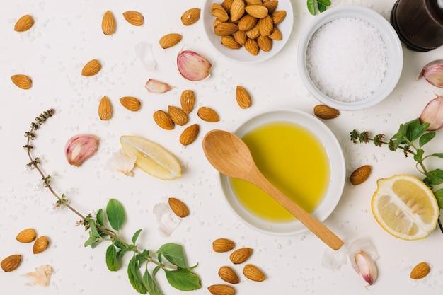 Draufsicht der olivenöl- und kochzutatmischung Kostenlose Fotos