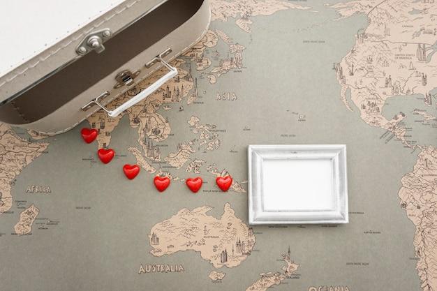 Draufsicht der Reise Zusammensetzung mit Koffer und Rahmen Kostenlose Fotos