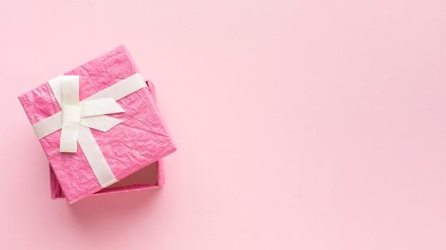 Draufsicht der rosa geschenkbox mit kopienraum Kostenlose Fotos