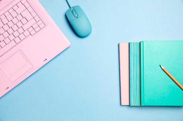 Draufsicht der rosa tastatur mit copyspace Kostenlose Fotos