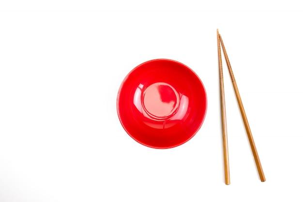 Draufsicht der roten schüssel und der essstäbchen Premium Fotos