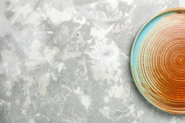 Draufsicht der runden braunen pfanne leer isoliert auf der grauen oberfläche Kostenlose Fotos