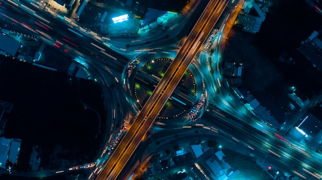 Draufsicht der schnellstraße, straßenverkehr eine wichtige infrastruktur in thailand Premium Fotos