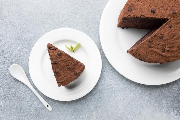 Draufsicht der schokoladenkuchenscheibe mit löffel und minze Kostenlose Fotos