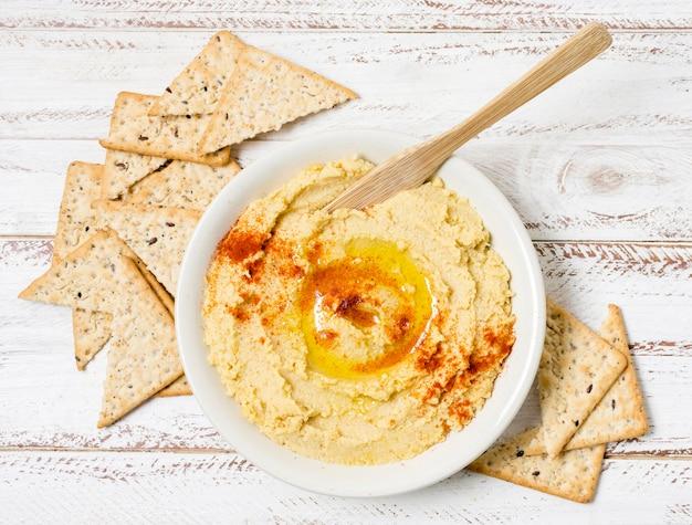 Draufsicht der schüssel des hummus mit nacho-chips Kostenlose Fotos