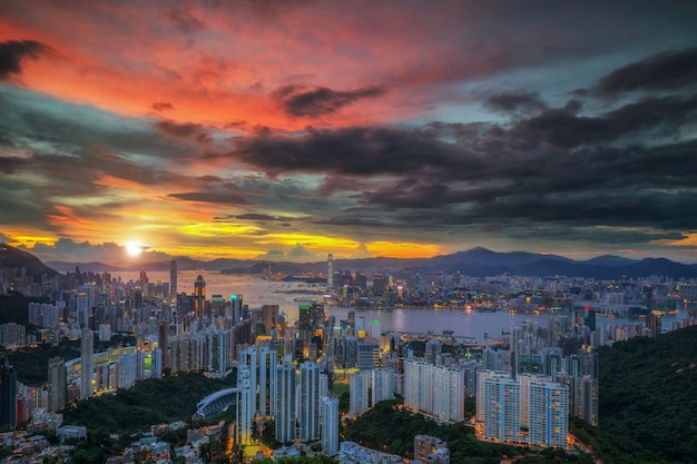 Draufsicht der stadt hongkong mit sonnenunterganghintergrund in china Premium Fotos