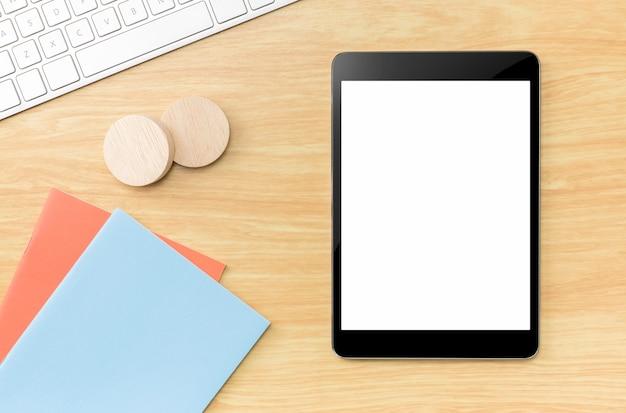 Draufsicht der tablette des leeren bildschirms mit blauem notizbuch und tastatur Premium Fotos