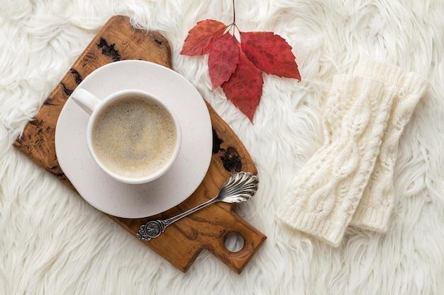 Draufsicht der tasse kaffee mit herbstblatt und löffel Premium Fotos