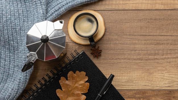 Draufsicht der tasse kaffee mit pullover und wasserkocher Premium Fotos