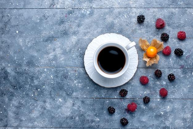 Draufsicht der tasse kaffee mit verschiedenen beeren auf grauer beerenfruchtkaffeegetränkfarbe Kostenlose Fotos