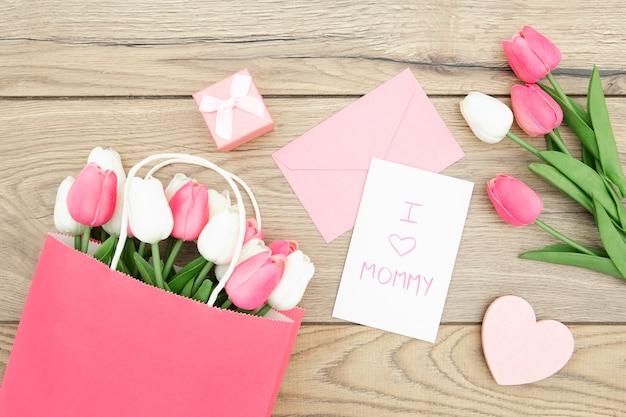 Draufsicht der tulpen auf holztisch Kostenlose Fotos
