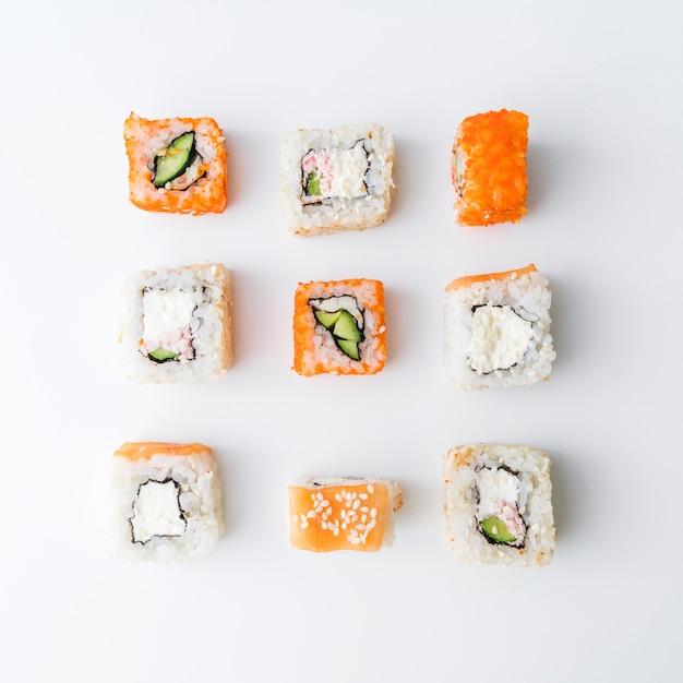 Draufsicht der vereinbarten sushizusammenstellung Kostenlose Fotos