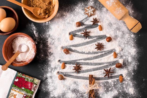 Draufsicht der weihnachtsbaumform mit mehl und sternanis Kostenlose Fotos