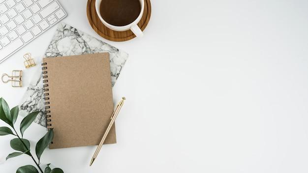 Draufsicht der weißen schreibtischtabelle mit kopienraum. flach legen. Premium Fotos