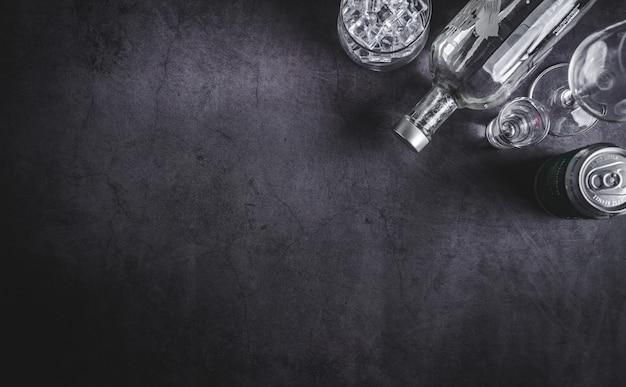 Draufsicht der wodkaflasche, des eiswürfels und des biers Premium Fotos