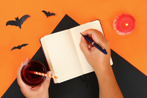 Draufsicht der zubehördekoration glückliches halloween-festivalhintergrundkonzept. Premium Fotos