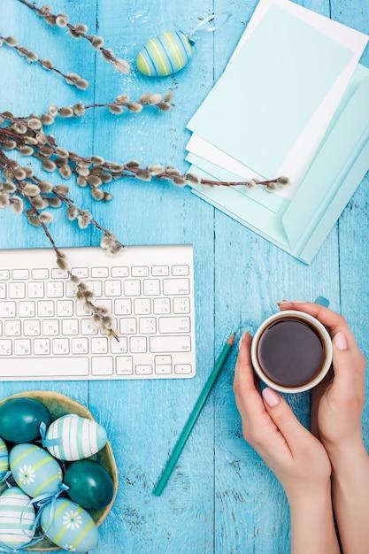 Draufsicht des arbeitsplatzes an der osterzeit Kostenlose Fotos
