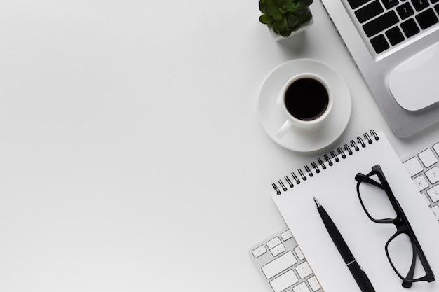 Draufsicht des arbeitsplatzes mit laptop- und kopienraum Kostenlose Fotos