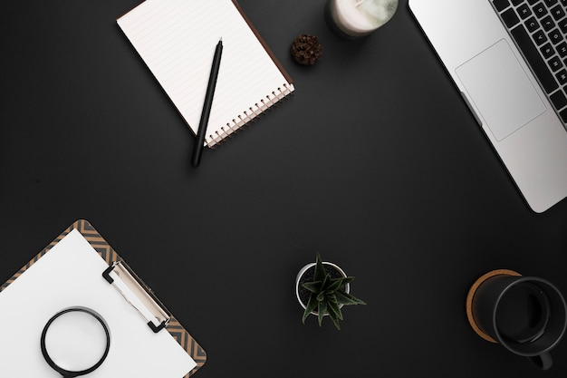 Draufsicht des arbeitsplatzes mit notizbuch und notizblock Kostenlose Fotos