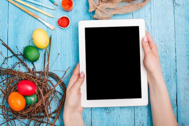 Draufsicht des arbeitsplatzes mit tablette an der osterzeit Kostenlose Fotos
