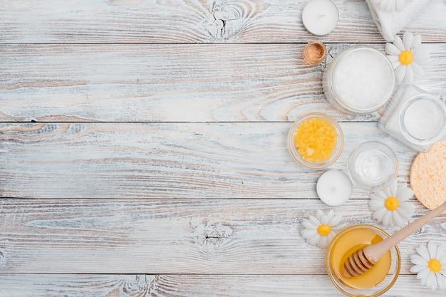 Draufsicht des badesalzes und des honigs für badekurort Premium Fotos