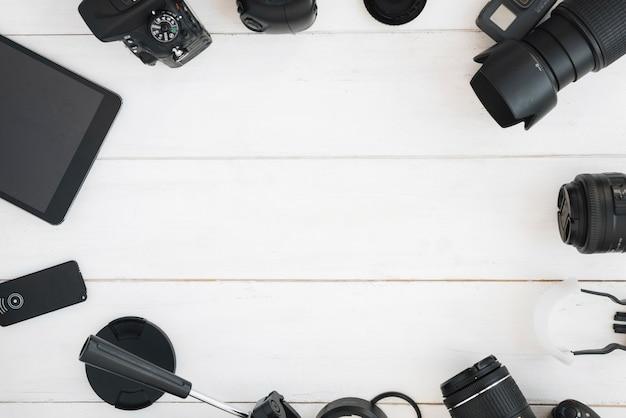 Draufsicht des berufsphotographiezubehörs auf weißem holztisch Kostenlose Fotos