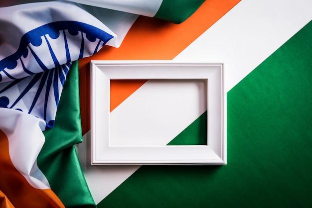 Draufsicht des bilderrahmens mit staatsflagge von indien Premium Fotos