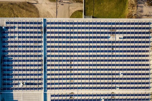 Draufsicht des blauen glänzenden solarfoto voltaic panelsystems, erneuerbare saubere energie produzierende zusammenfassung Premium Fotos
