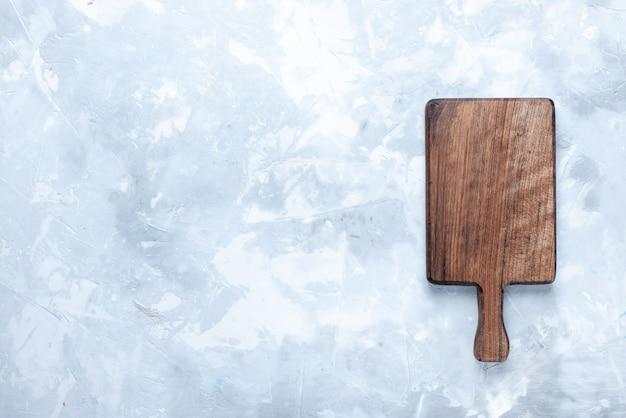 Draufsicht des braunen hölzernen schreibtisches für essen und gemüse auf hellem holzholz Kostenlose Fotos