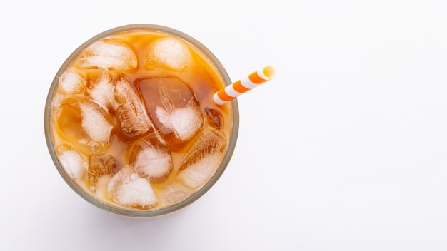 Draufsicht des eis latte oben auf weißem hintergrund und beschneidungspfaden. Premium Fotos